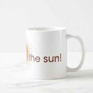 La yoga habla: ¡Salude The Sun! Taza Clásica