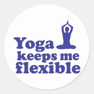 La yoga me mantiene flexible pegatina redonda