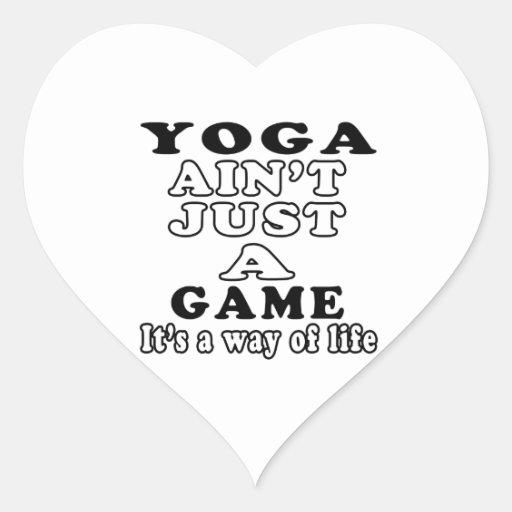 La yoga no es apenas un juego que es una manera de pegatina en forma de corazón