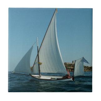 La yola aparejó el velero azulejo cuadrado pequeño