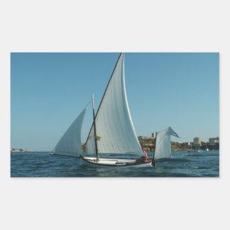 La yola aparejó el velero pegatina rectangular