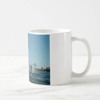 La yola aparejó el velero taza de café
