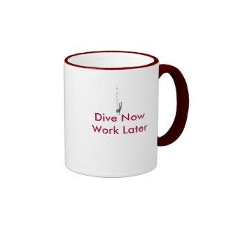 La zambullida ahora trabaja más adelante taza de café