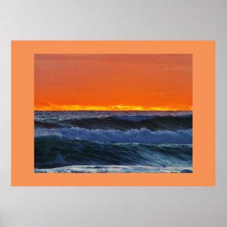 La zambullida de la playa del mar de las ondas de póster