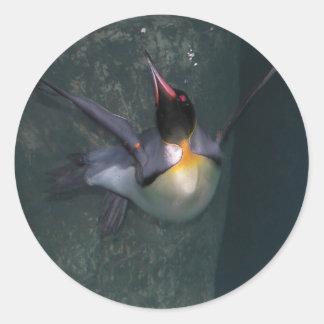 La zambullida del pingüino pegatina redonda