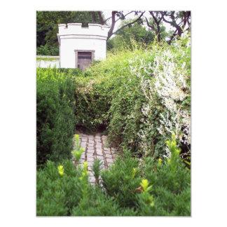 Laberinto del jardín en las paredes del castillo fotografías