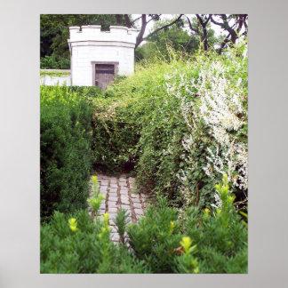 Laberinto del jardín en las paredes del castillo póster