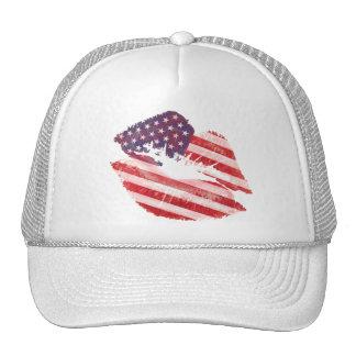 Labios del beso con la bandera americana gorra