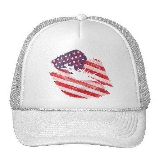 Labios del beso con la bandera americana gorras
