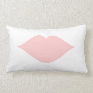 Labios femeninos rosas claros del arte pop cojín