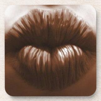 labios hermosos en efffect del chocolate posavasos de bebida