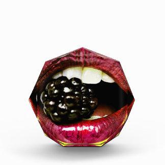 Labios jugosos grandes que muerden Blackberry