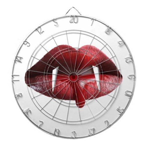 Labios rojos del lápiz labial del vampiro sangrien tabla dardos