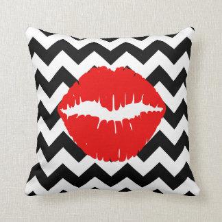 Labios rojos en zigzag blanco y negro cojín
