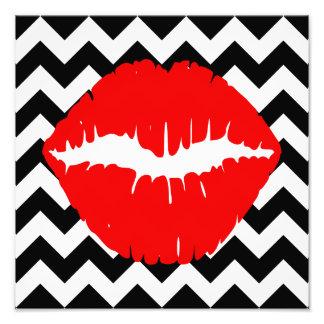 Labios rojos en zigzag blanco y negro arte con fotos