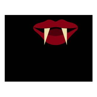Labios rojos sangre de los colmillos del vampiro postales