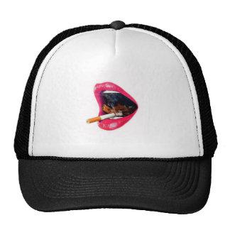 Labios rosados con un cigarrillo gorro de camionero