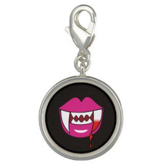 Labios sangrientos del vampiro del corazón en rosa dije