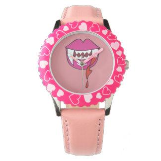 Labios sangrientos del vampiro del corazón en rosa reloj de mano
