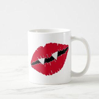 Labios y colmillos rojos taza
