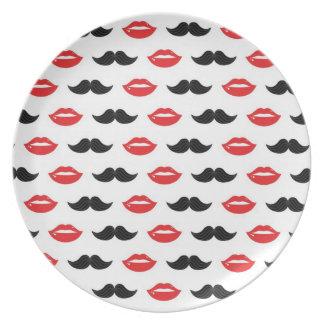Labios y placa del fiesta de los bigotes platos de comidas