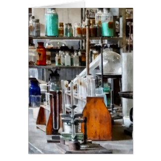 Laboratorio de Chem con los tubos de ensayo y la Tarjeta De Felicitación