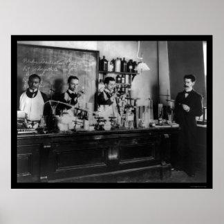 Laboratorio farmacéutico en la universidad 1900 de posters