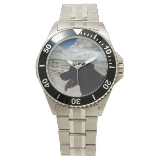 Laboratorio negro en la playa en un reloj