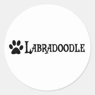 Labradoodle (estilo del pirata con el pawprint) pegatina redonda