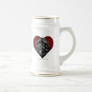 Labradoodle negro con el corazón tazas