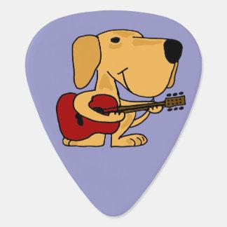 Labrador amarillo divertido que toca la guitarra púa de guitarra