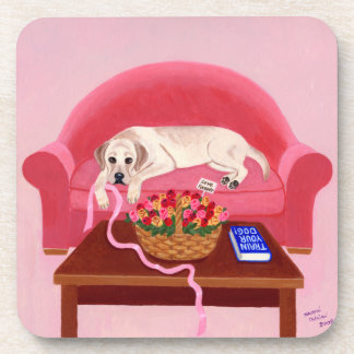 Labrador amarillo en la pintura rosada del sofá posavaso