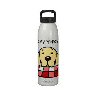 Labrador amarillo que le mira cocina botella de agua reutilizable