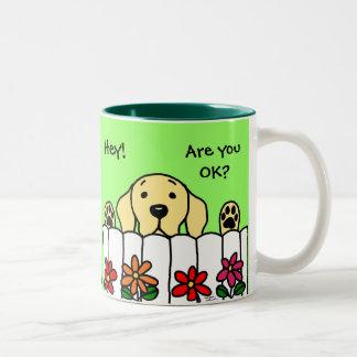 Labrador amarillo que le mira taza de café