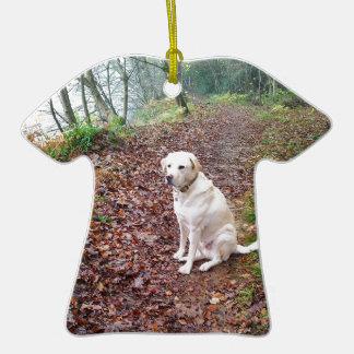 Labrador en los bancos del otoño adorno de cerámica en forma de camiseta