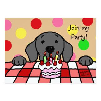 Labrador negro que le mira cumpleaños invitación 12,7 x 17,8 cm