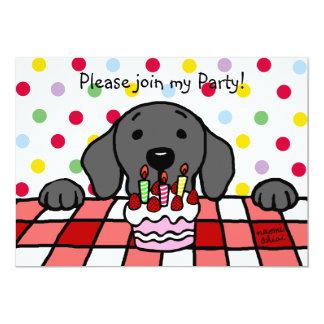 """Labrador negro que le mira cumpleaños invitación 5"""" x 7"""""""