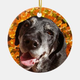 Labrador negro viejo adorno navideño redondo de cerámica