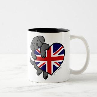 Labrador negro y dibujo animado del corazón 2 de l taza