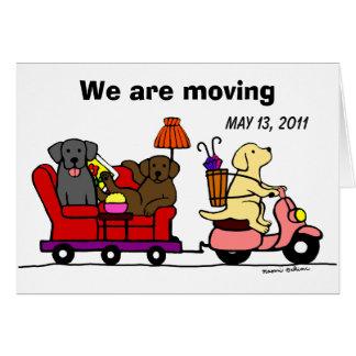 Labrador persigue el dibujo animado que mueve Anno Tarjetón
