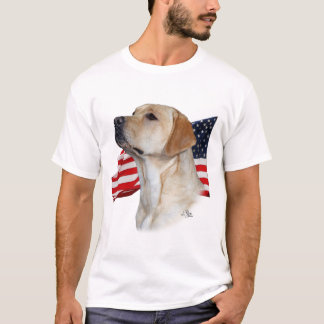 Labrador retriever amarillo con la bandera playera