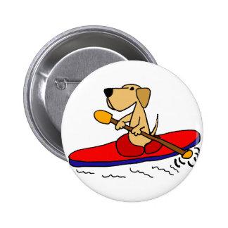 Labrador retriever amarillo divertido Kayaking Pin Redondo De 2 Pulgadas