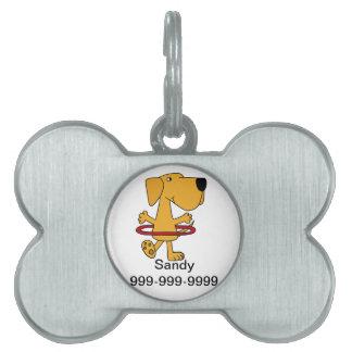 Labrador retriever amarillo divertido que juega el placa de mascota
