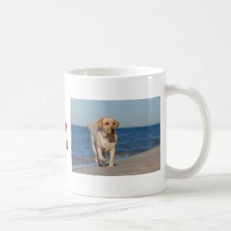 Labrador retriever amarillo en la playa taza básica blanca