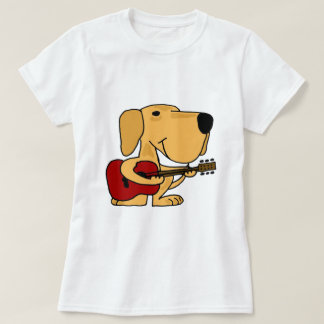 Labrador retriever amarillo lindo AA que toca la Playera