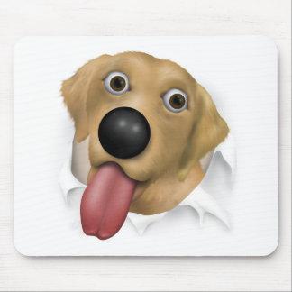 Labrador retriever (amarillo) que revienta hacia f alfombrilla de raton