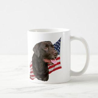 Labrador retriever del chocolate y taza de la