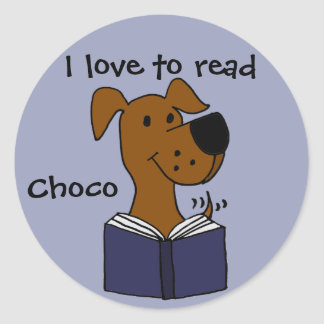 Labrador retriever divertido que lee un libro pegatina redonda