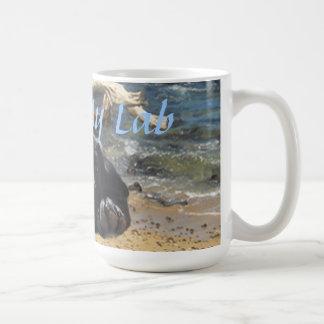 Labrador retriever en la taza de la playa