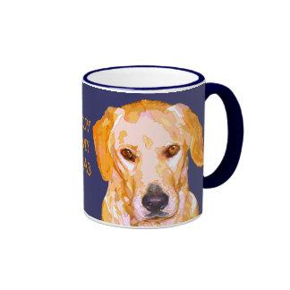 Labrador retriever en taza de los amarillos del